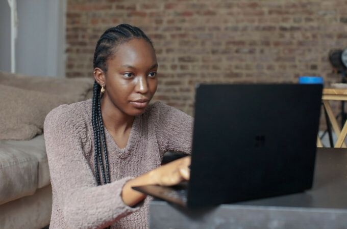 how-to-earn-money-online-in-Kenya-woman-typing
